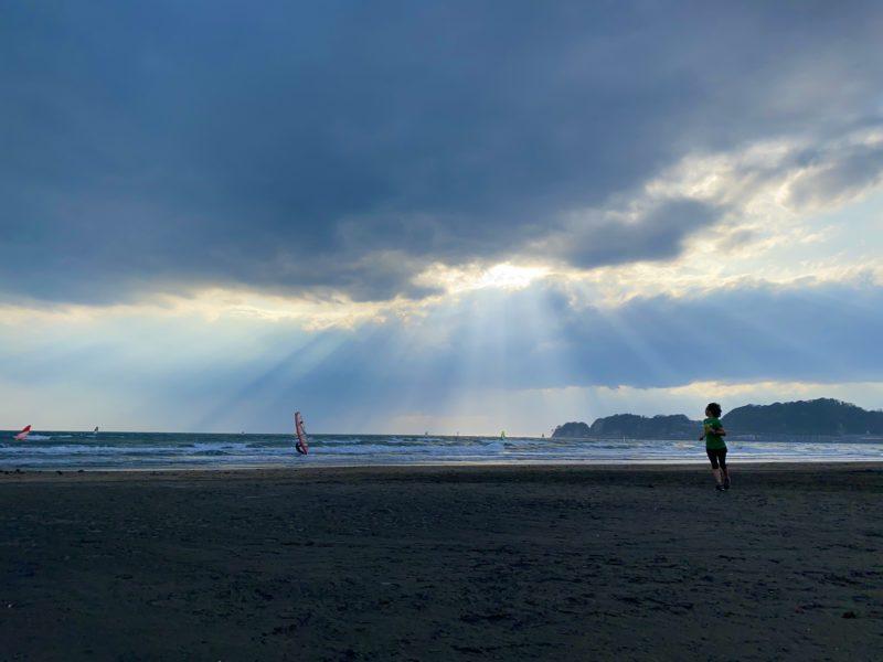 光降り注ぐ材木座海岸でビーチラン