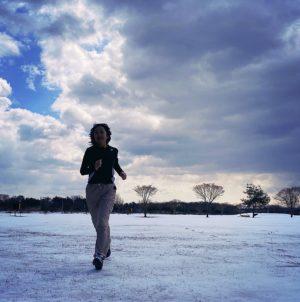 雪の残る下北のグラウンドで