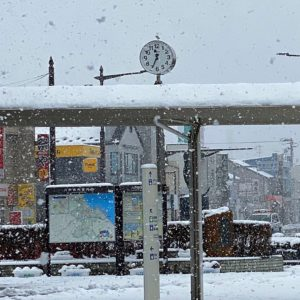 八戸駅は春の雪