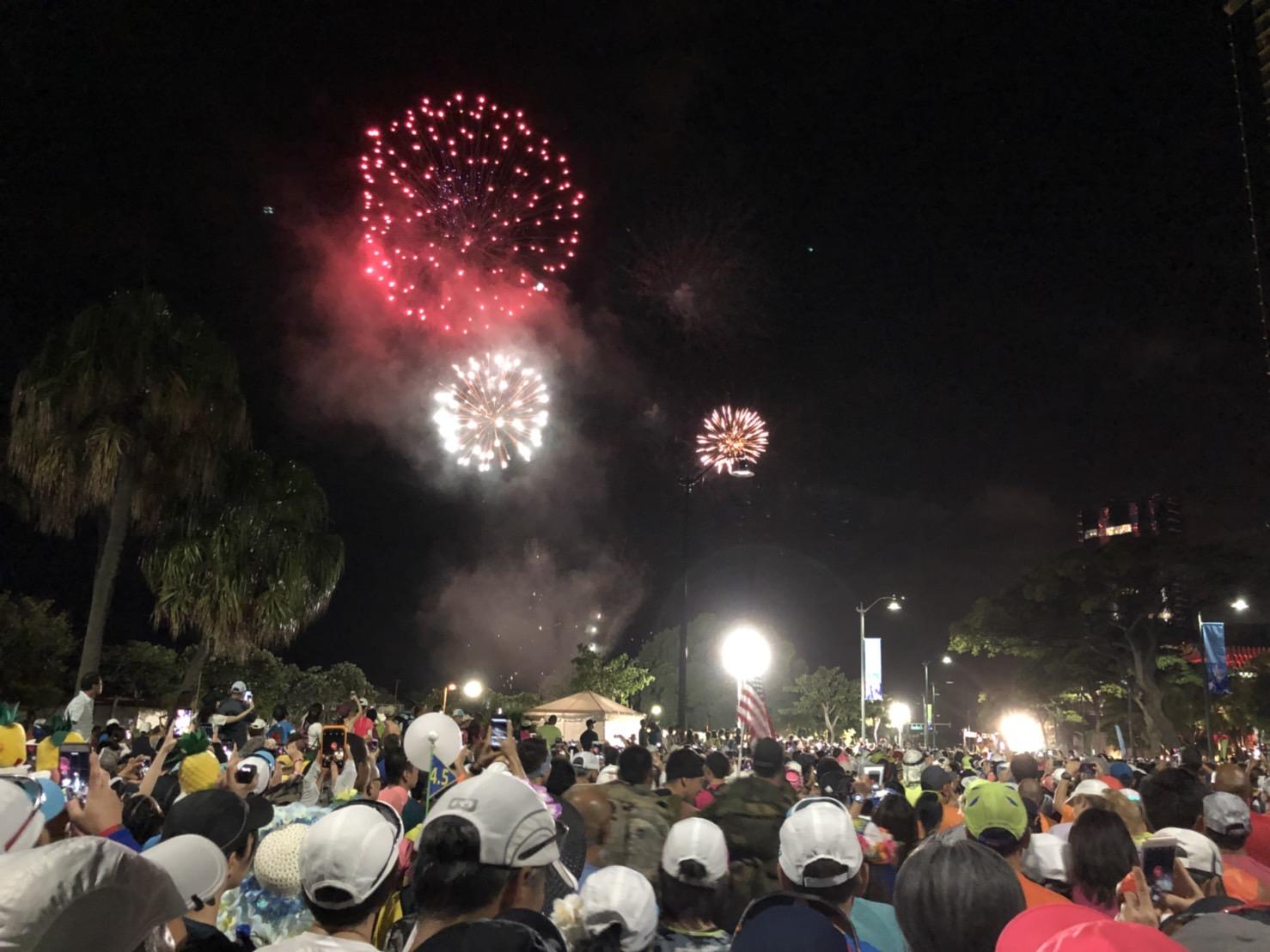 ホノルルマラソンは花火でスタート!