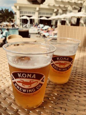 ホテルのプールサイドでビールで