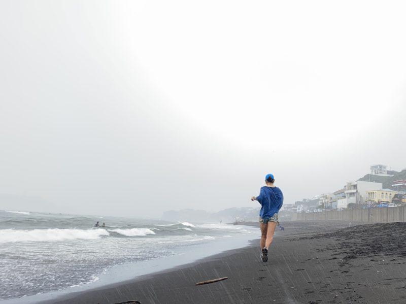七里ヶ浜で土砂降りの雨