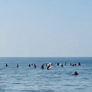 七里ヶ浜の波待ちサーファー