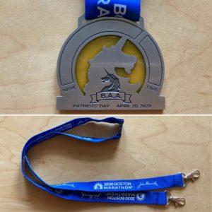 ユニコーンフィニッシャーのメダル裏面とジョンハンコックボストンマラソンストラップ