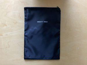シンプルなファスナー付きの黒のバッグ