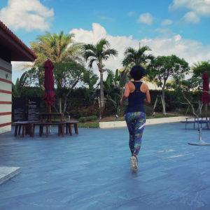 マイティソロを着て沖縄の北谷ビーチヒルトンホテルプールサイドで2