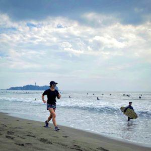 サザンビーチちがさきの大勢のサーファー