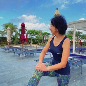 マイティソロを着て沖縄の北谷ビーチヒルトンホテルプールサイドで1