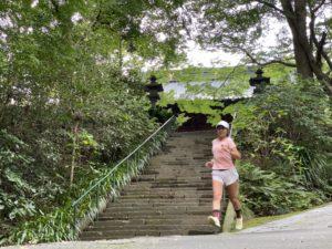 OnのHigh Sock「Fig Rose」XSサイズで妙本寺の坂を駆け下りると