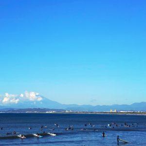 鵠沼海岸のサーファー