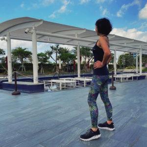 マイティソロを着て沖縄の北谷ビーチヒルトンホテルプールサイドで3