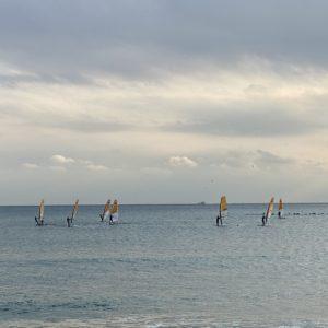 ビーチでウインドサーフィン