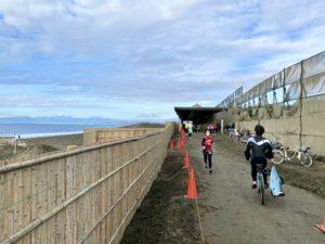 月例湘南マラソンのコースにはサーファーの姿も