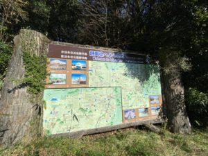 T字路に大きな地図