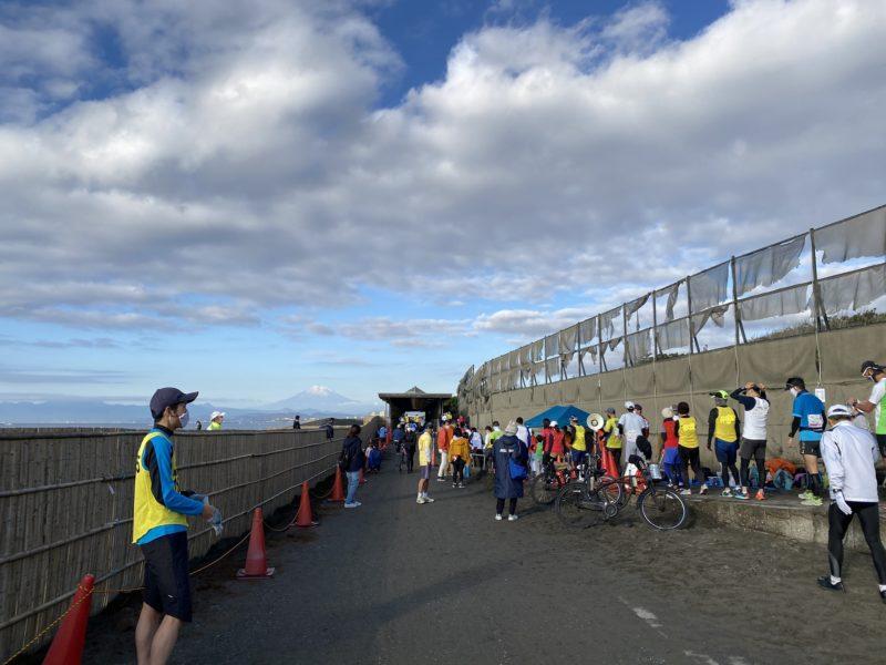 2020年12月6日開催の月例湘南マラソンのスタート地点の列