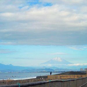 鵠沼海岸から見る富士山にたなびく雲