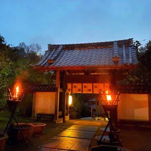 覚園寺で燃える篝火