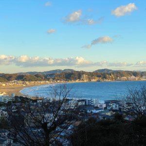 長谷寺の眺望散策路から見下ろす由比ヶ浜の海岸