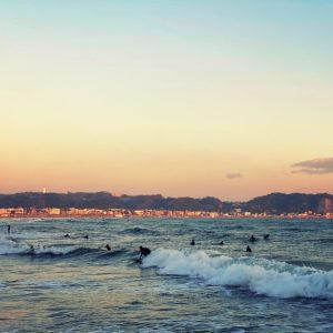 材木座海岸のサーファー