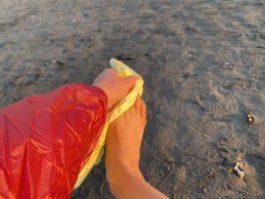 マイクロタオルで足を拭く