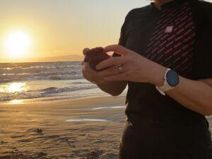 ウインド ジャケットを海辺で開く