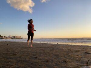 裸足で砂浜ラン