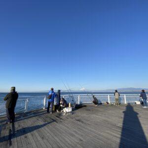 江の島の海釣りゾーンの釣り人たち
