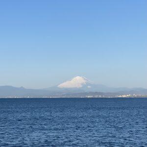 江の島の海釣りゾーンから見た富士山