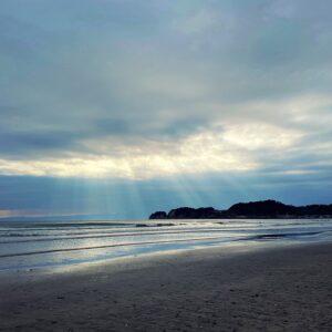 材木座海岸に降り注ぐ光