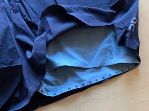 Onの超軽量ランニングショーツS裾