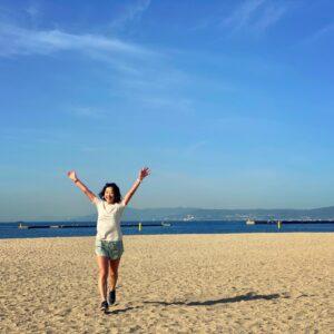 須磨海浜公園の砂浜で万歳