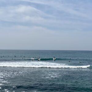 稲村ヶ崎の波待ちサーファー