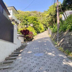 稲村ヶ崎の急勾配の道