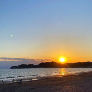材木座海岸に沈む夕陽