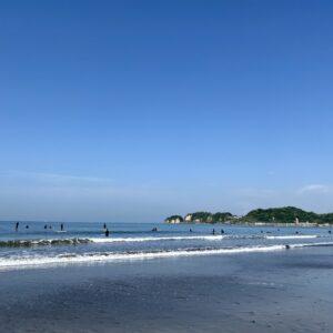 材木座海岸でサーフィン