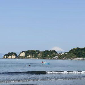 材木座海岸の富士山とボート