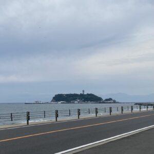 七里ガ浜から見る江の島