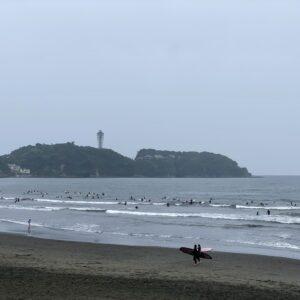 江の島のサーファー