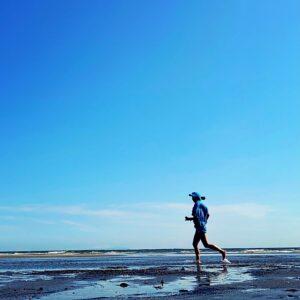 ビーチで裸足ラン