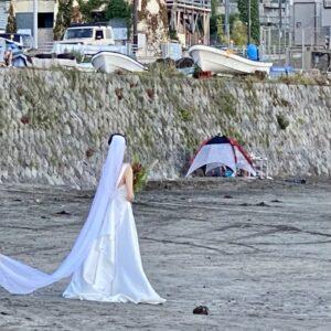 材木座海岸<!-- wp:paragraph --> <p>光明寺方面の砂浜でウェディングドレス姿の撮影をしていて、気分UP👰♀️</p> <!-- /wp:paragraph -->