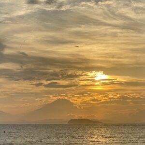 逗子海岸から見た江の島と富士山