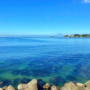 逗子マリーナからの富士山と透明度の高い海