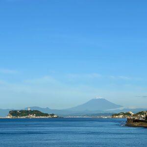 稲村ヶ崎から見た初冠雪の富士山