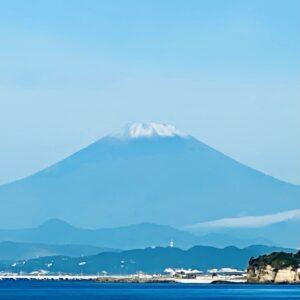 稲村ヶ崎から見た初冠雪の富士山アップ