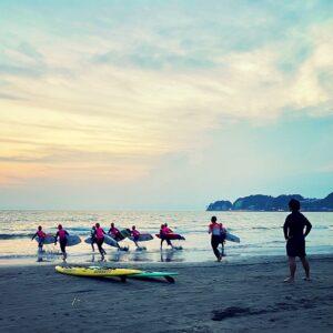 材木座海岸で子どもサーフィン教室